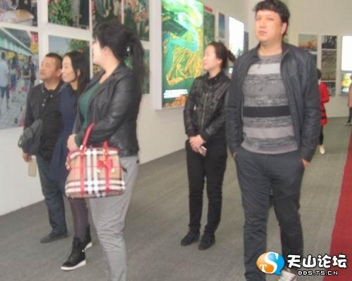"""新疆维吾尔自治区成立了60周年""""大型展板"""