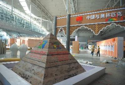 金字塔形的建筑造型,特具维吾尔族建筑风格的门头,几何图案壁龛的墙面