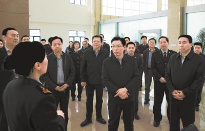 徐海荣在乌鲁木齐国际陆港区调研...